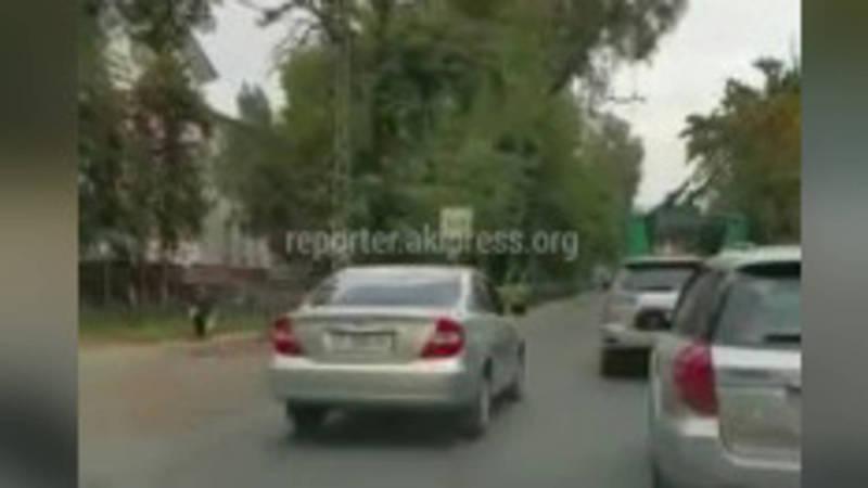 6 машин за 49 секунд. На Московской во время пробок водители продолжают пользоваться встречной полосой для общественного транспорта