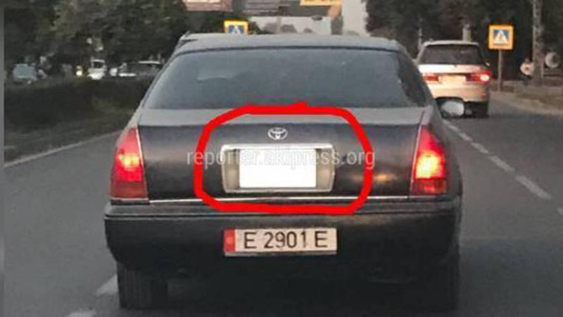 Водитель «Тойоты» установил зеркало на панели багажника