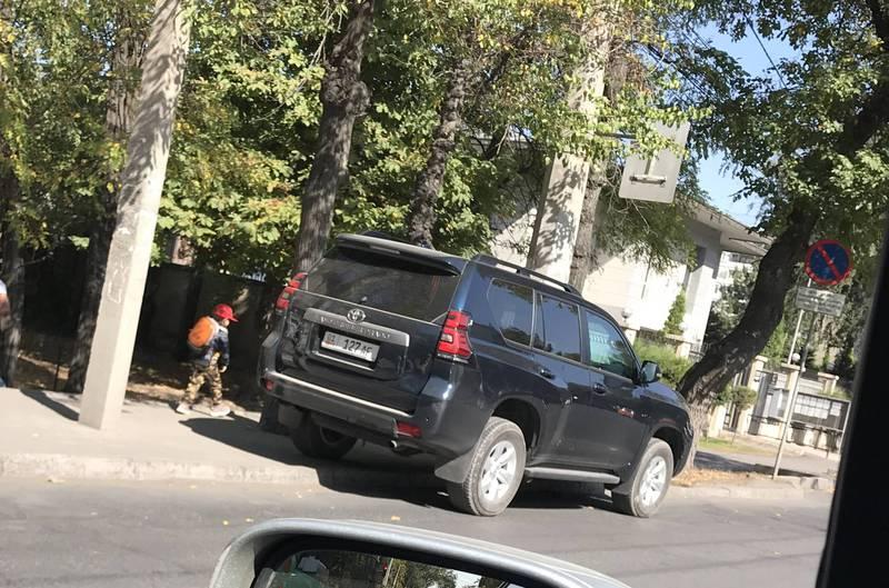 «Тойоту Ленд Крузер Прадо» припарковали прямо на остановке на Мосоквской