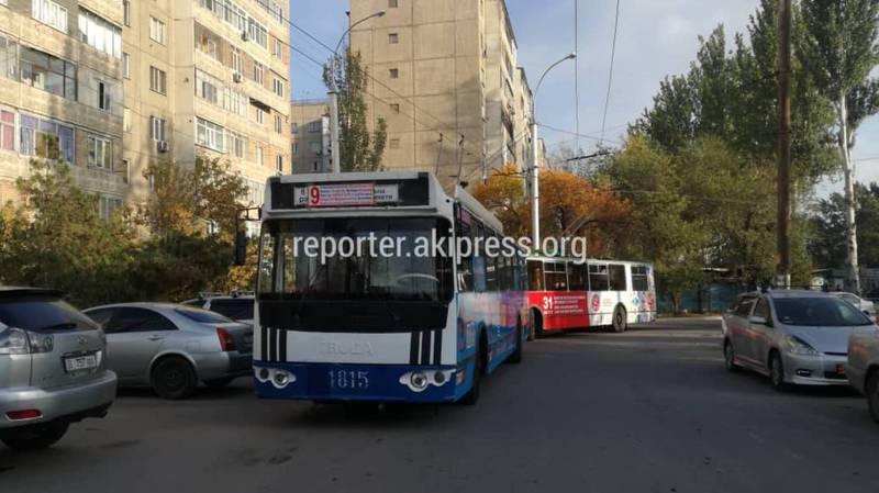 Бишкекчанин жалуется на то, что автомашины паркуют на разворотном кольце двух троллейбусов