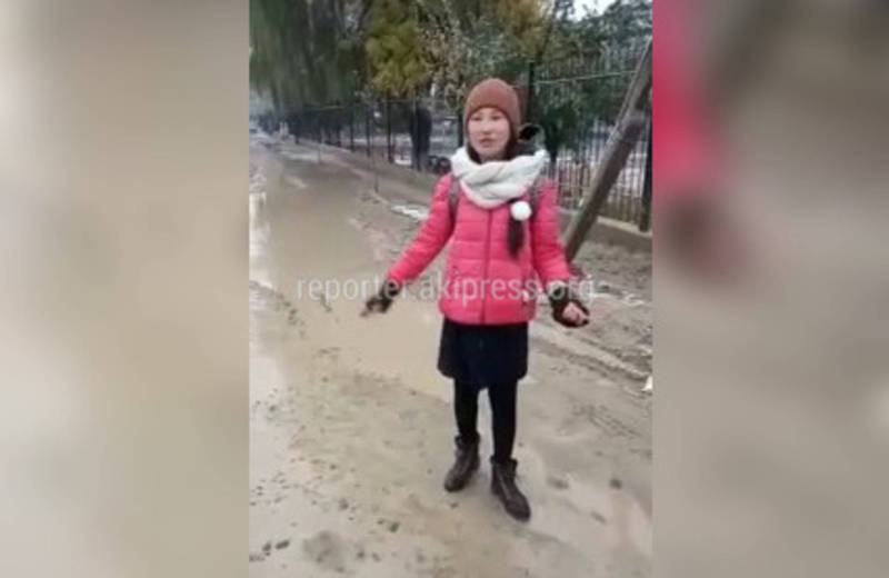 Девочка из Кербена устала ходить в школу в испачканной обуви. Она записала видеобращение