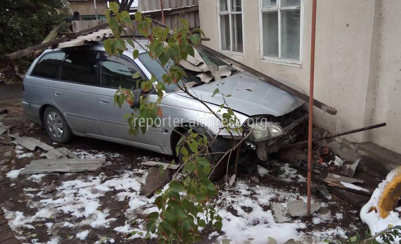 Фото — Машина пробила забор и врезалась в стену дома. Очередное ДТП на Орозбекова-Баялинова