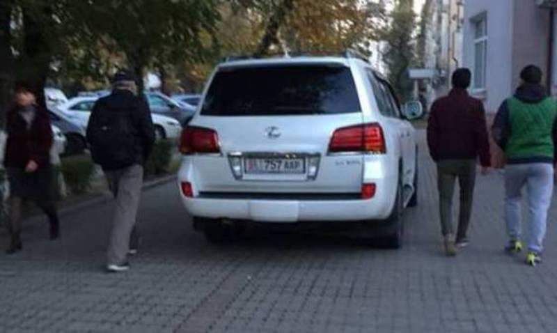 Возле Минэконома припарковали «Лексус» на тротуаре (фото)