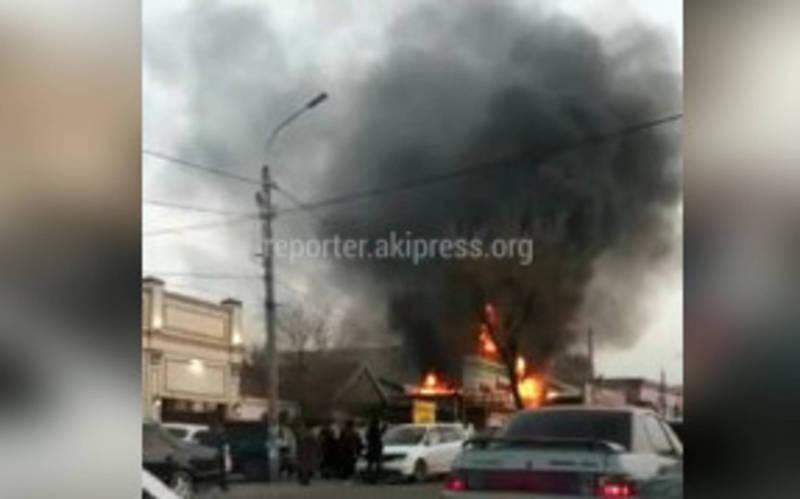 Видео — В Бишкеке произошел пожар в кафе «Ассорти»