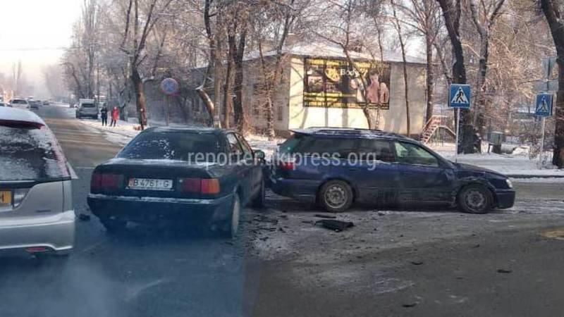 На Молодой Гвардии-Баялинова столкнулись 2 легковушки. Фото