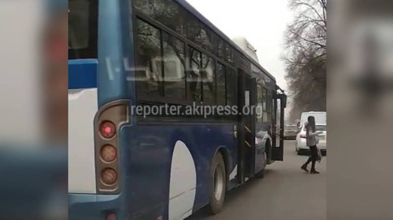 Автобус №35 высадил пассажиров на проезжей части (видео)