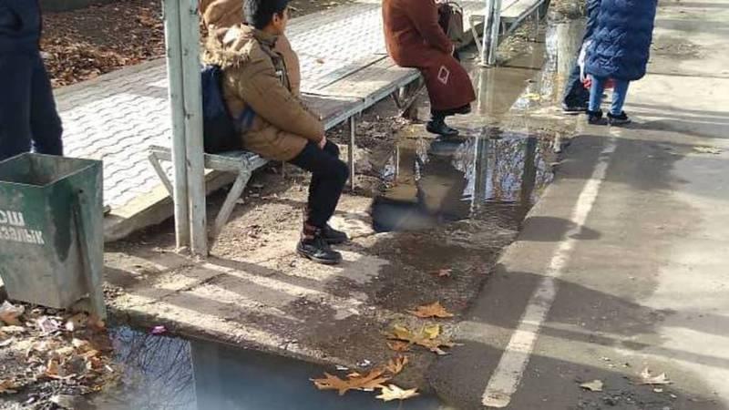 На ул.Абдыкадырова арычная вода топит остановку, - житель Оша (фото)