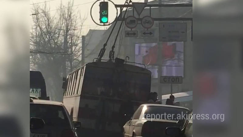 На перекрестке Чуй-Манаса у троллейбуса спустило колесо