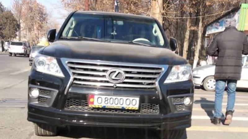«Доска позора» в Оше. Парковка на проезжей части, остановке и «зебре»