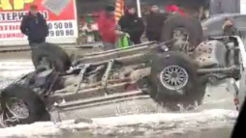 На улице Анкара перевернулся автомобиль (видео)