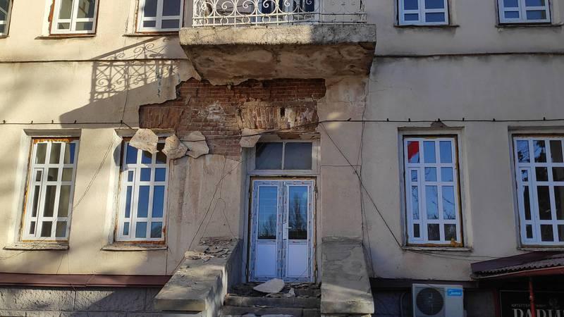 Фото — У здания Минкультуры обваливается наружная штукатурка