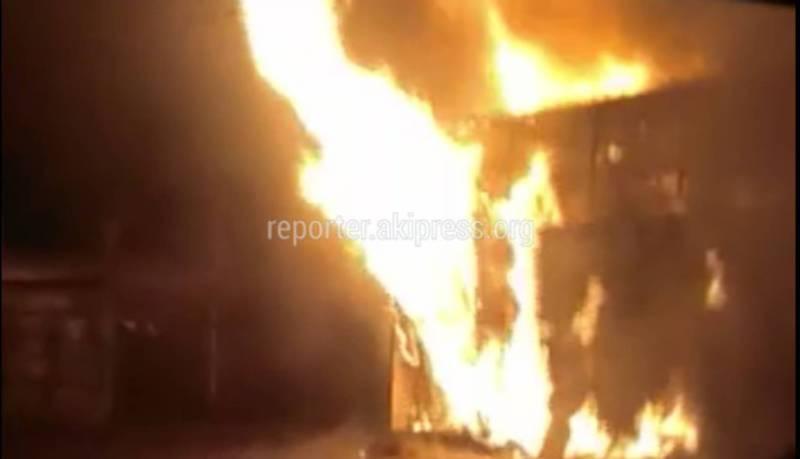 Видео – В городе Токмок на улице Советская загорелся контейнер