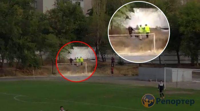 На стадионе «Манас» стюарды избили болельщика во время матча Кара-Балта — Алай <i>(видео)</i>