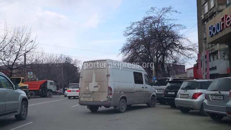 В Бишкеке на ул.Боконбаева водитель буса припарковался на проезжей части дороги (фото)
