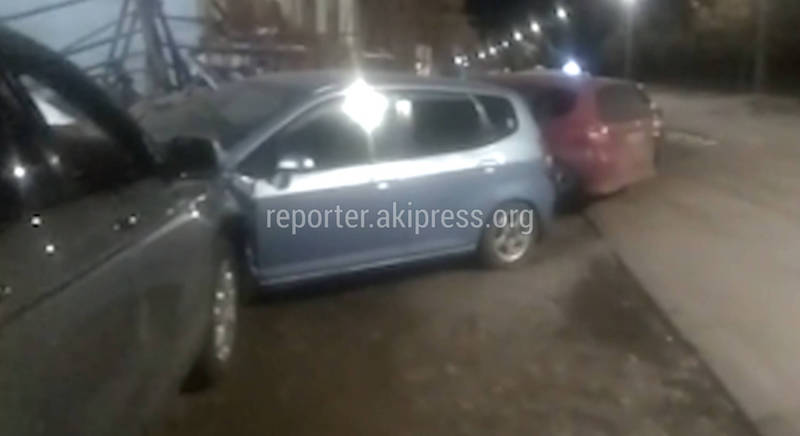Видео — В Бишкеке «Хонда СРВ» въехал в «Хонда Фит» и протащил его несколько метров