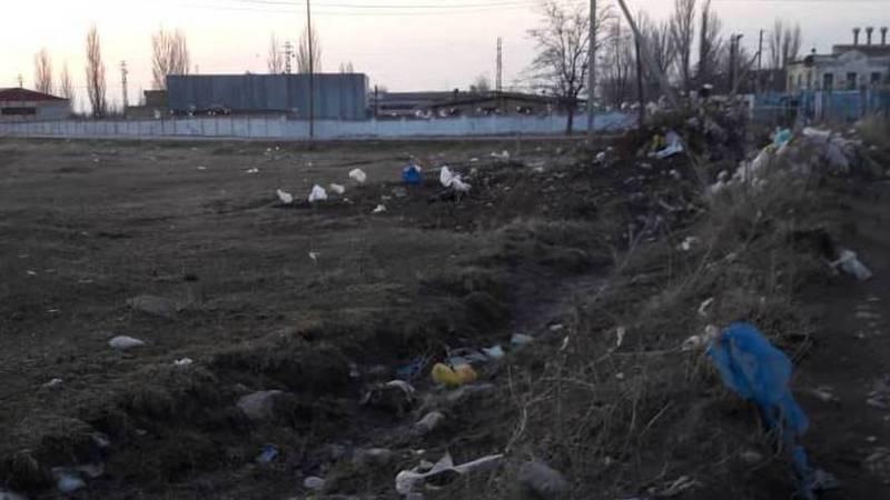 В Кемине в районе Перевал-Базы повсюду разбросаны целлофановые пакеты, - житель (фото)