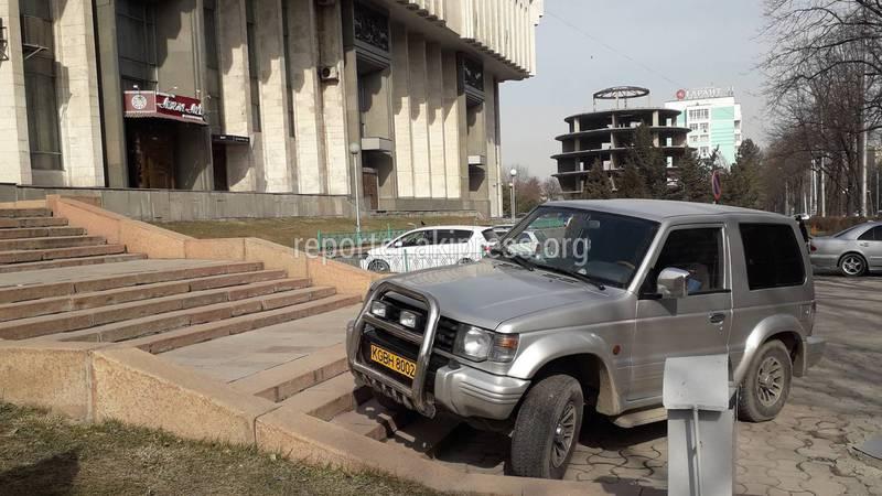 На пр.Манаса водитель припарковался на тротуаре заехав на лестницу Филармонии (фото)
