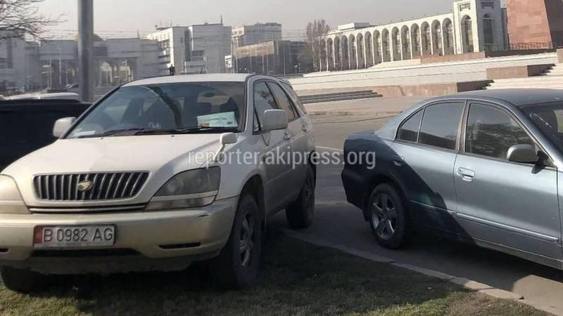 Водитель «Тойоты» припарковался на газоне возле здания Минкультуры (фото)