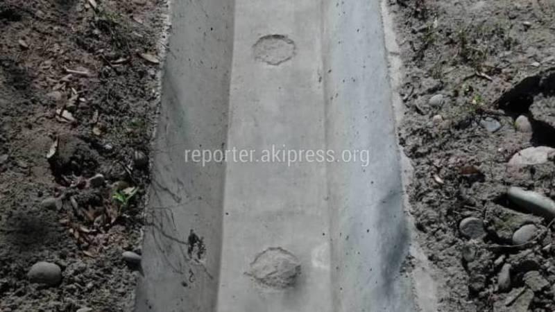 В Бишкеке на ул.Тыныстанова в арычных лотках замазали отверстия для полива деревьев (фото)