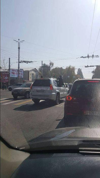 В Бишкеке пассажиры внедорожника высунулись из окон машины и фотографировались, - читатель <i>(фото)</i>