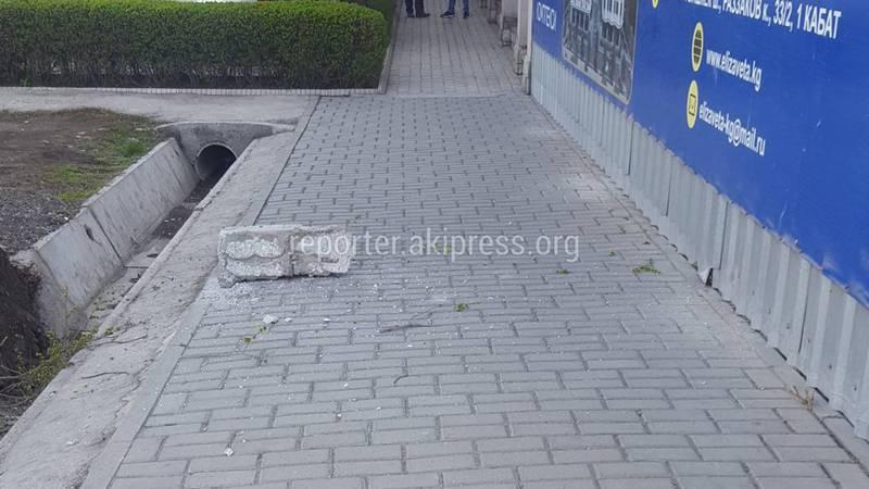 Со строящегося дома в Бишкеке на тротуар упал кусок бетона, чуть не задев девушку (фото)