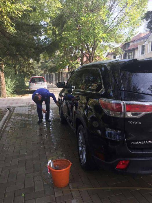ГУПМ попросит «Кыргыздипсервис» принять меры в отношении водителя посольства Туркменистана в Кыргызстане, который мыл машину на тротуаре
