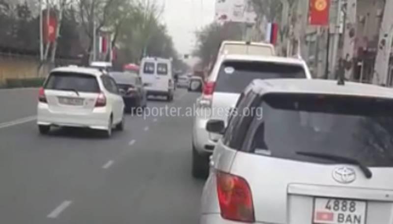 Бишкекчанин просит разрешить поворот со второй полосы на Манаса-Московская (видео)