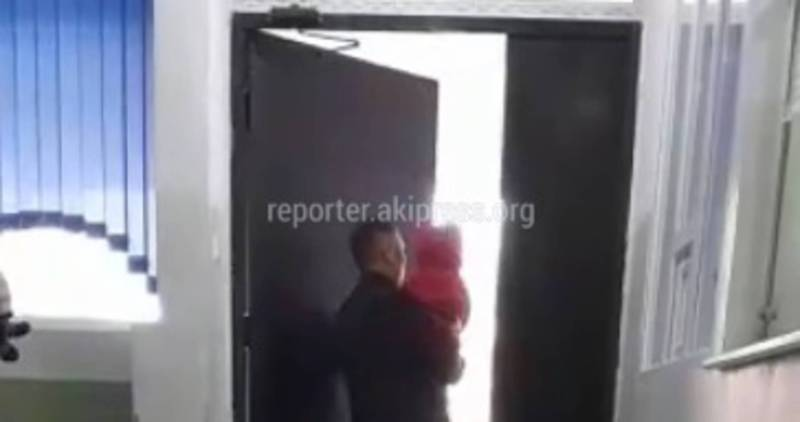 В 3 детской больнице очень громко скрипит дверь, - бишкекчанка (видео)
