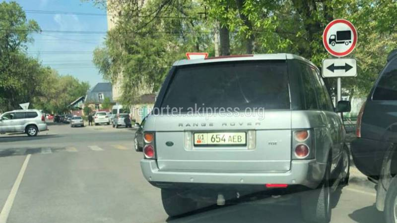 На Байтик Баатыра - Скрябина водитель «Рендж Ровера» припарковался на проезжей части дороги (фото)