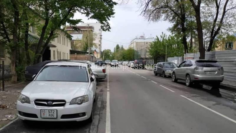 На улице Чокморова массовое нарушение правил парковки (видео)