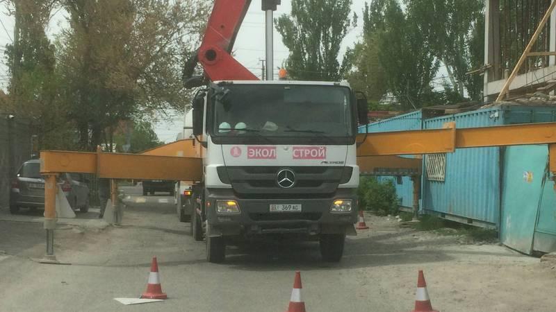 На Юнусалиева - Джантошева строительная техника перегородила проезд (фото)
