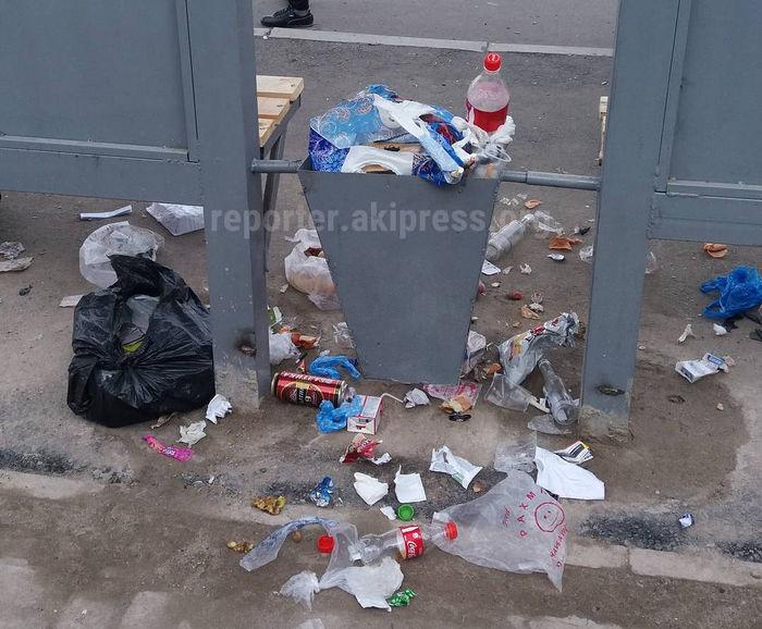 Читатель жалуется на мусор на остановке около 5 поликлиники в Бишкеке (фото)