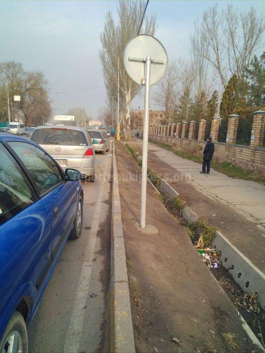 Дорожный знак на пересечении улиц Фучика и Рыскулова установлен неправильно, - читатель