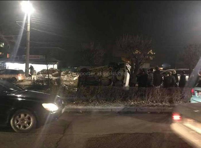 На проспекте Жибек Жолу перевернулась машина <i>(фото)</i>