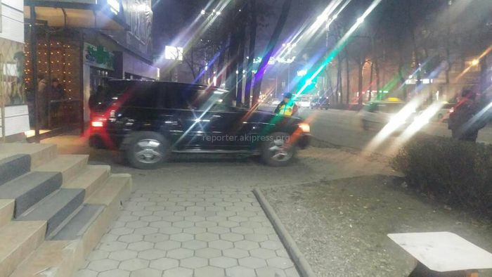 Водитель оставил «Тойоту Ленд Крузер» у въезда во двор на проспекте Манаса и создал неудобства жителям (фото)