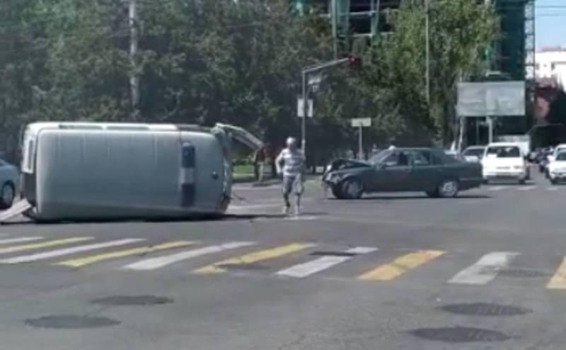 На Фрунзе-Шопокова карета скорой помощи попала в ДТП, она перевернулась (видео)