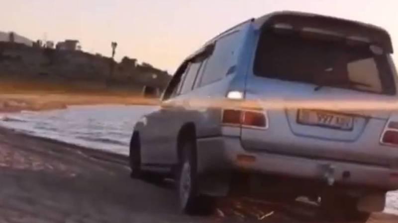 На Иссык-Куле водитель «Тойоты» въехал в озеро (видео)