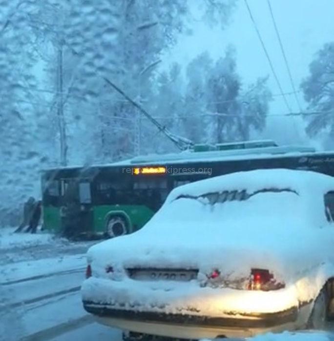 Троллейбус стал причиной пробки на ул.Московской <i>(видео)</i>