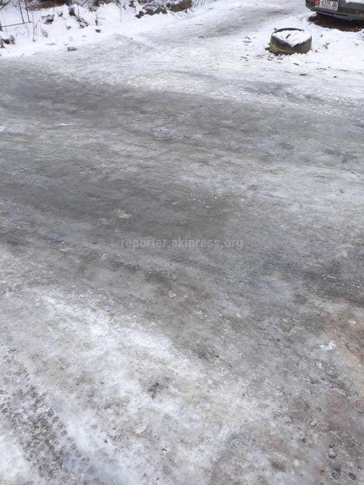 Читатель просит обратить внимание на состояние внутридворовой дороги по ул.Токтоналиева между домами №26, 28, 24, 22