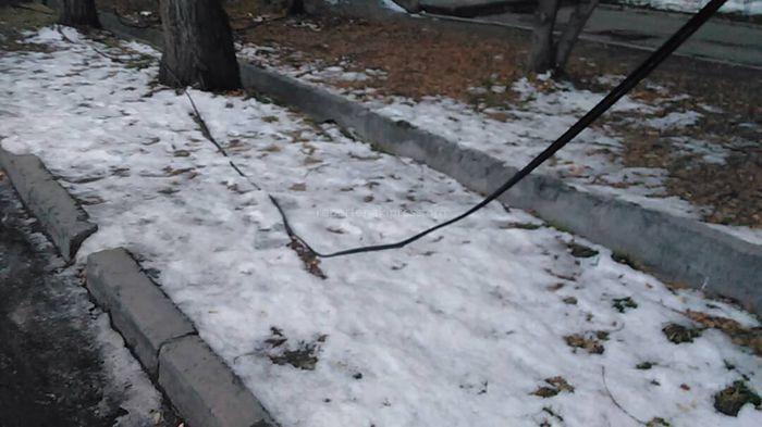 На Логвиненко-Токтогула на земле лежат свисающие провода <i>(фото, видео)</i>