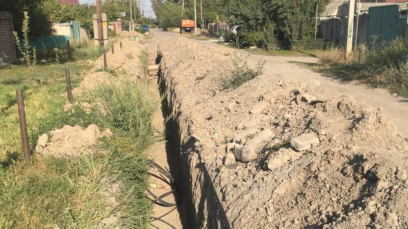 В Канте на ул.Восточной 4 месяца назад раскопали дорогу для замены труб и бросили, не доделав (фото)
