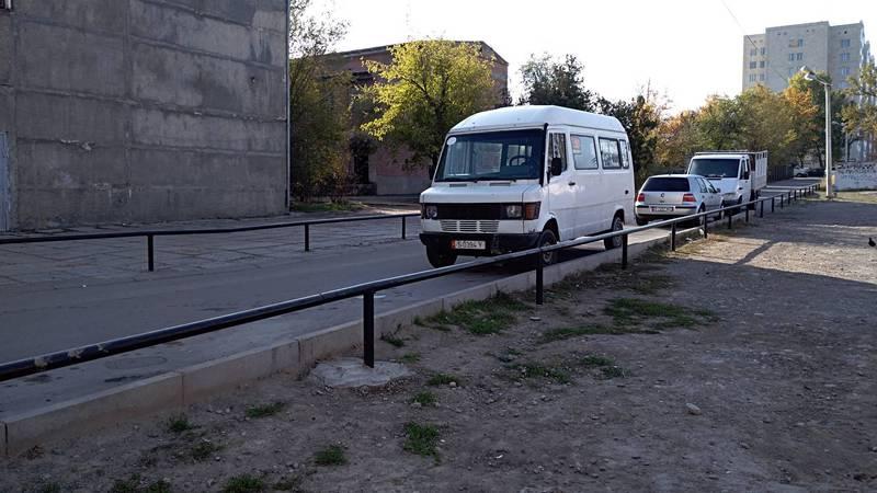 Законно ли установили ограждения вдоль дороги на Анкара-Валиханова? Фото