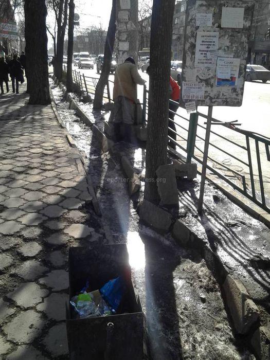 «Тазалык» починил упавшее ограждение на Абдрахманова-Московской (фото)