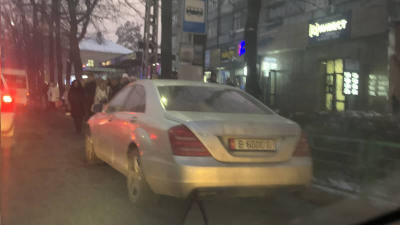 На Абдрахманова-Московской «Мерседес» припарковали на остановке (фото)