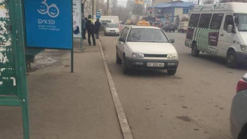 На улице Ауэзова водители паркуются на остановке (видео, фото)
