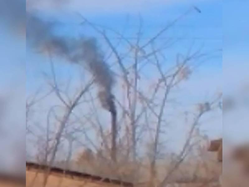 Густой, черный дым идет из трубы предприятия в Романовке