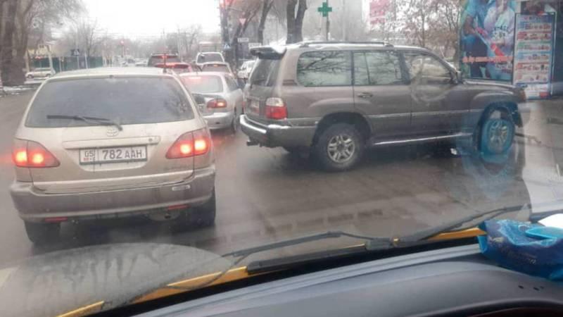 На Ибраимова-Жумабека припаркованный «Лексус» мешает дорожному движению