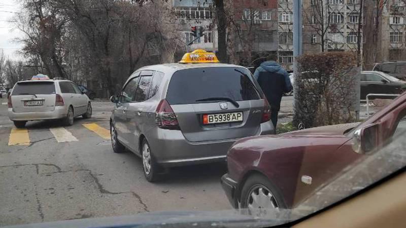 На Фрунзе-Гоголя на проезжей части дороги постоянно паркуются водители (фото)
