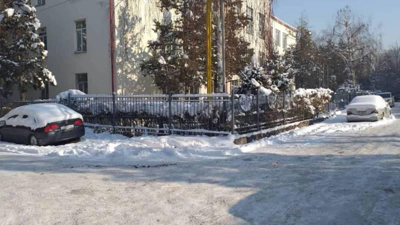 Горожанин ищет владельцев автомашин, припаркованных напротив военного комиссариата Ленинского района