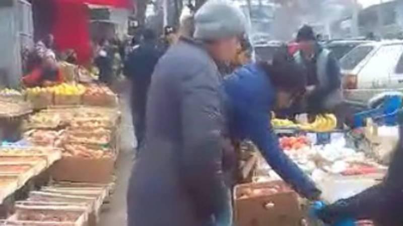Торговцы оккупировали тротуар на центральной улице в Кызыл-Кие